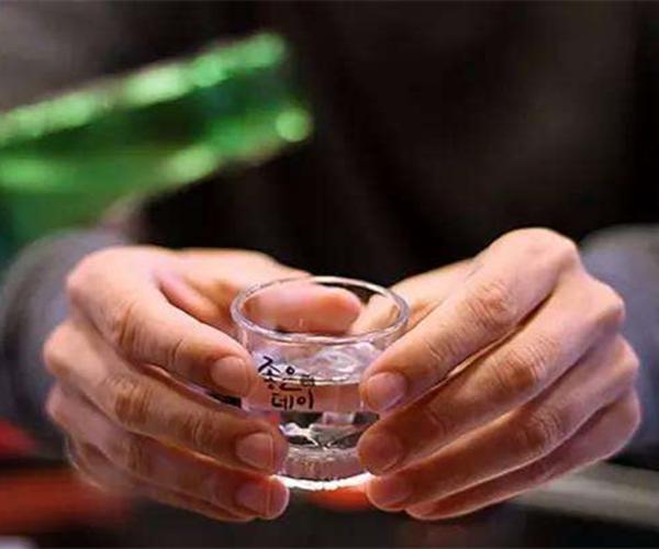 搜狐公众平台 - 揭秘韩国:爱喝酒的韩国人酒桌