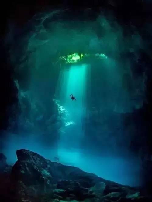 女人嫩穴洞_潜水员潜入水下深穴,像《鬼吹灯》的鬼洞.
