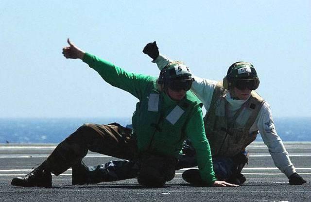 同的姿势指挥飞机,不过个人觉得这姿势用来指挥起飞看起来很不科学啊图片