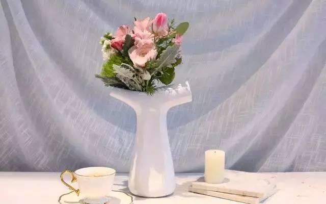 采用当下流行韩式包花法,所以花束呈现并非一本正经的端庄,而是带有图片