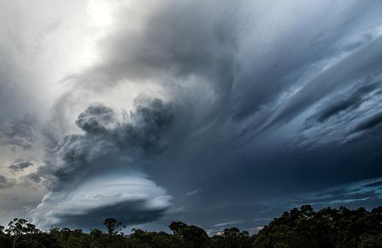 摄影师拍积雨云 网友:堪比华丽特效!这场面只在电影里见过