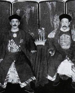 操她的浪穴_养父川岛浪速(左)和生父善耆(右)