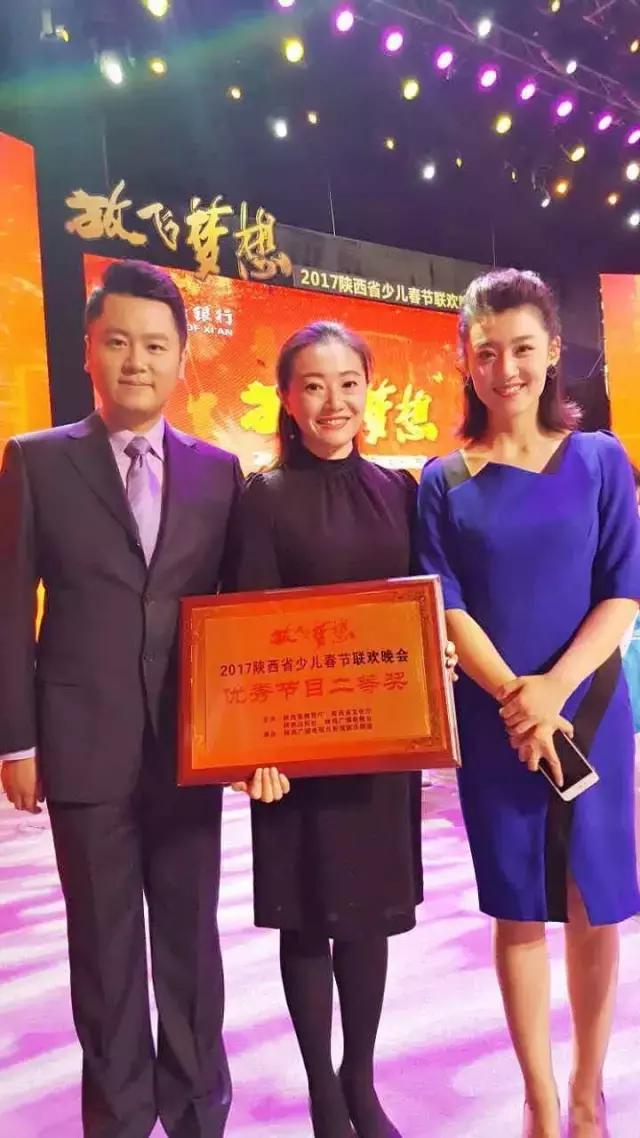 康艺校长与陕西电视台著名主持人刘芳 王凯合影图片