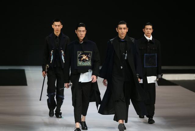 王飞携宝鼎设计·2017秋冬大秀亮相中国国际时装周