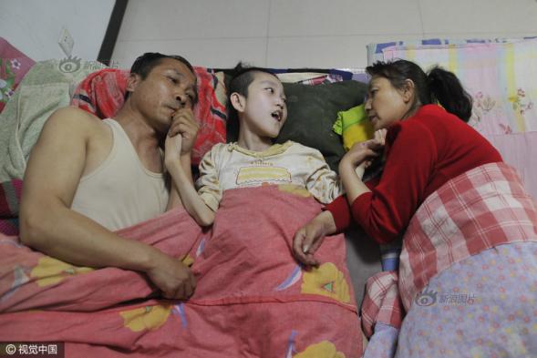 脑瘫正能量-养父母嘴对嘴喂食脑瘫弃婴15年