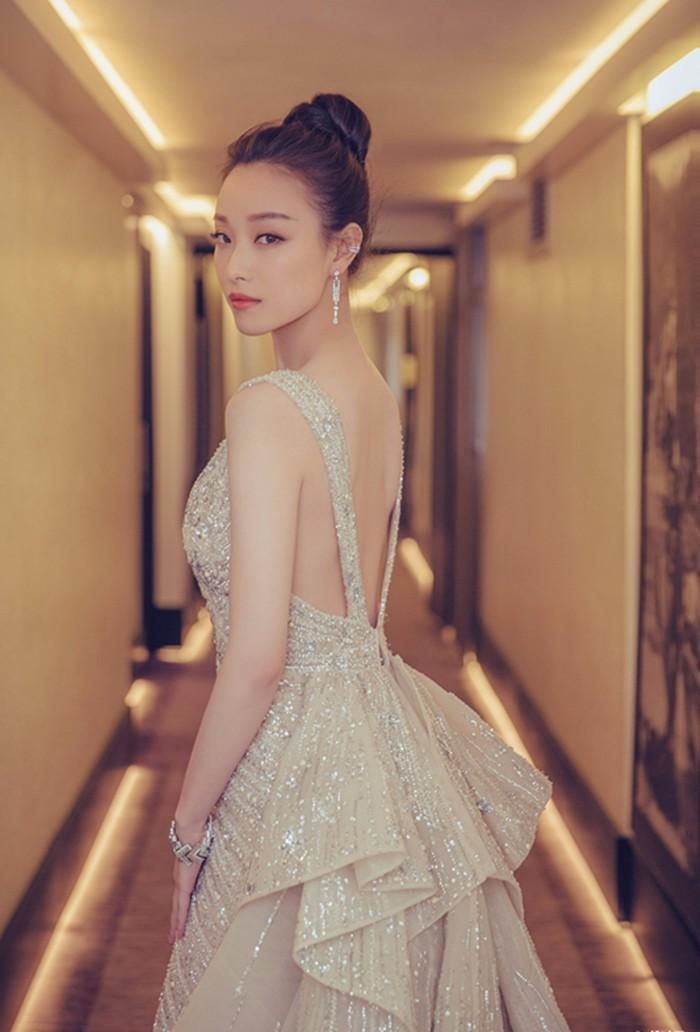 辣妈林心如高开叉长裙复出,刘诗诗一字领清雅如连,这条心机小白裙绝对图片