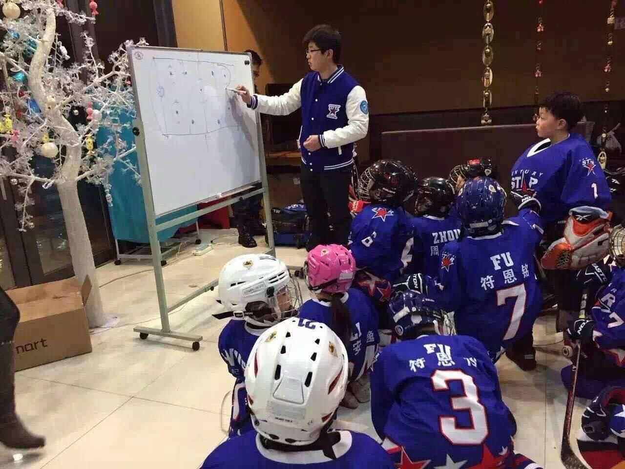 "www.yl791.com点击进入戴眼镜,爱茶艺,这个""曲线救国""的冰球教练"