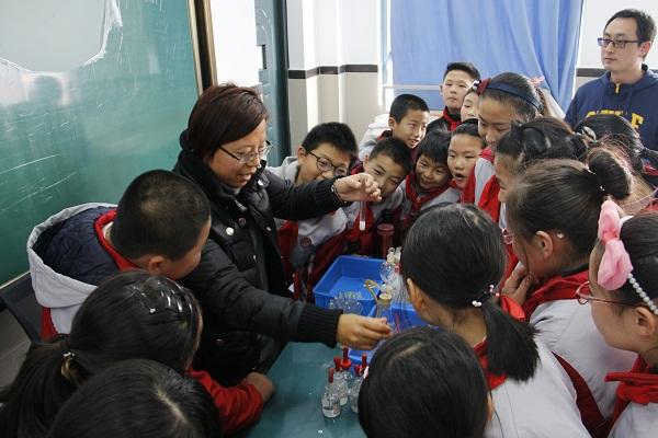小学生走进课堂初中初中老师站上讲台高中看图书下载中学图片
