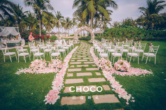 主仪式背景简洁大方,打造了新人爱的那个简洁温馨的西式婚礼氛围.图片
