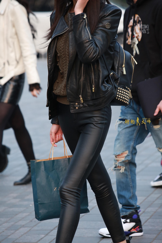 街拍皮裤美女图片