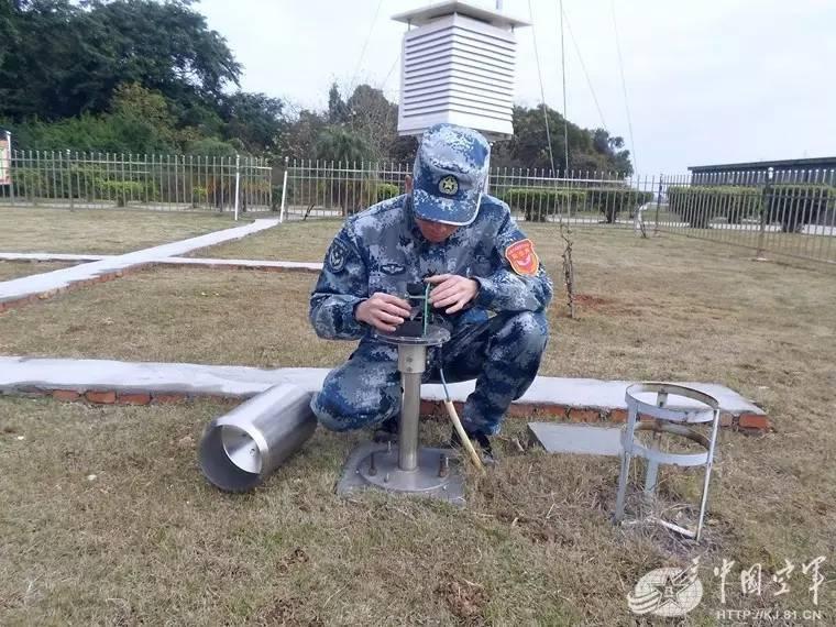2005年单位刚组建时,气象台仅有3名预报员,唯一的装备是一支水银气压图片