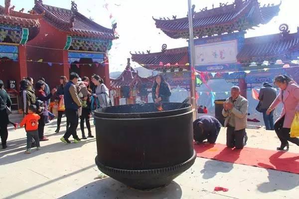 靖边人赶庙会 吃荞面饸烙场面,红火热闹又美味