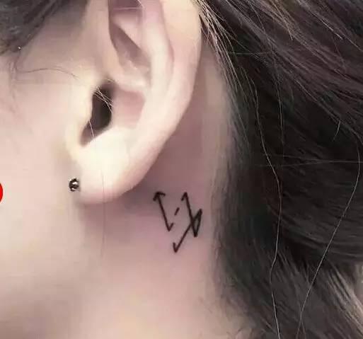 而且耳朵后面的区域是许多人的性敏感区,所以更增添了耳部纹身的性感