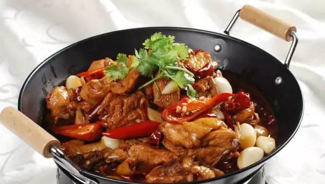 再放入干锅酱炒至出色,翻炒下入炸过的鳝段,藕条,洋葱条和食品条,接着腾冲广源青椒李加盟图片