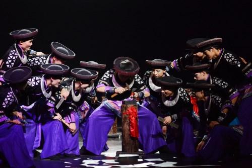 大型苗侗�L情舞�_秀《�y秀》昨晚在京民族��錾涎�