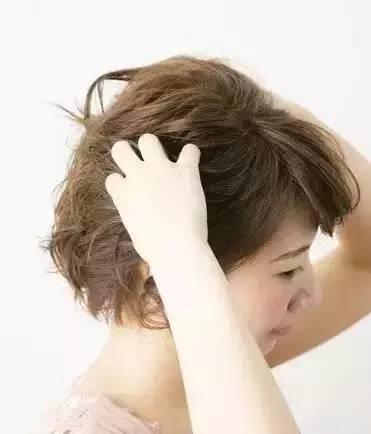 step1:用卷发棒将头发从头顶部分开始烫出自然的卷度.图片