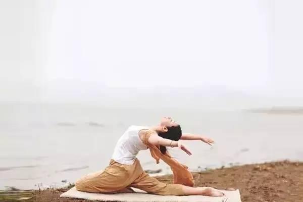 6个简单伸展瑜伽动作做完没准儿还能长2cm哟图片