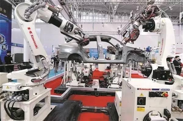 而今,那智以世界上屈指可数的点焊机器人实际业绩为基础,在搬运领域图片