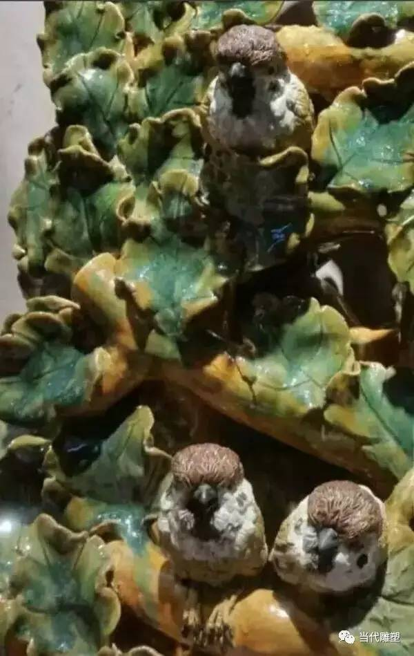 花丛中的鸟陶瓷雕塑