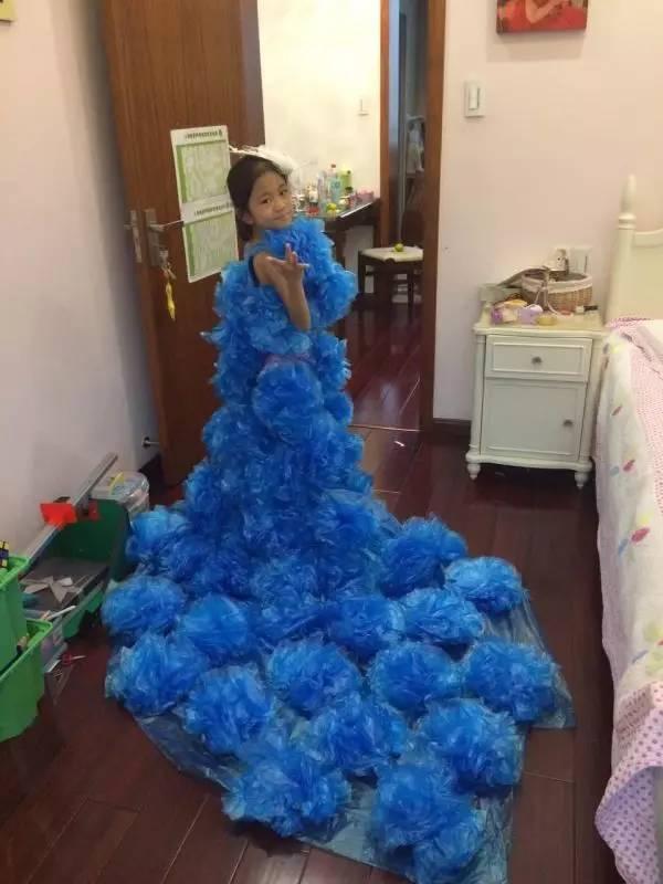 """变""""废""""为宝,将废弃物设计成美丽的服装——蓝色海洋礼服,来宣传环保理"""