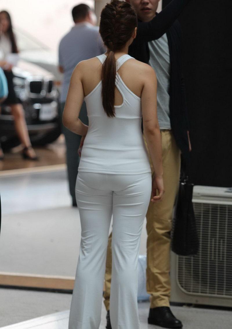 两位超级美女白衣紧身裤和花裙子,哪个好_突袭时尚_突袭网