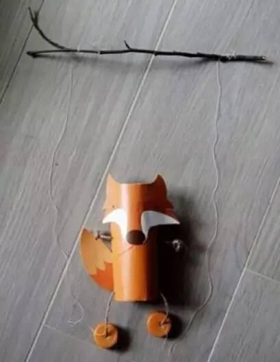 幼儿园手工制作动物纸袋粘贴画   6,最后需要三根钓鱼线和一根小棍