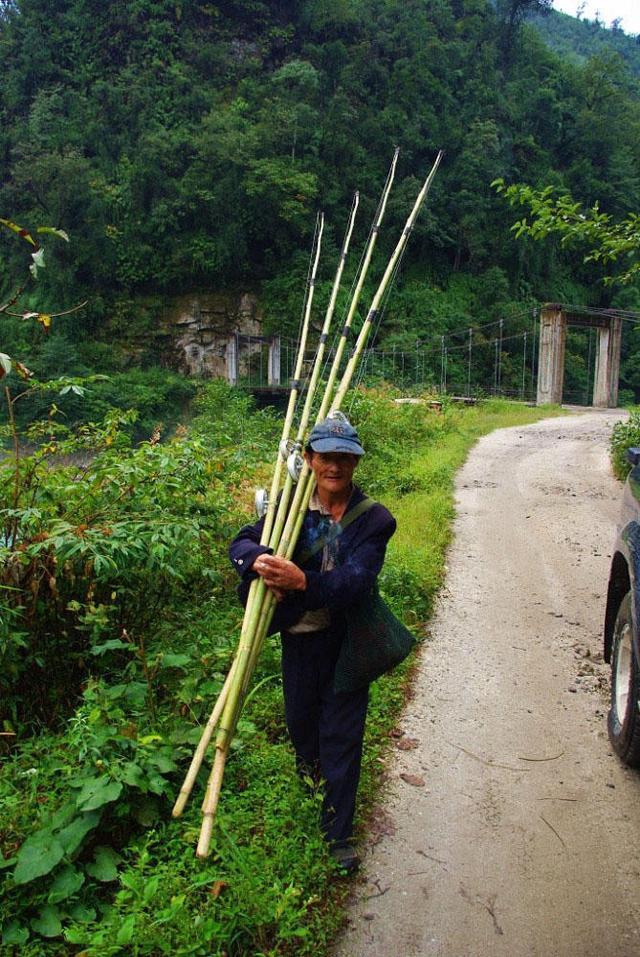 怒江钓手的鱼竿都是用山竹自制的,有点像海竿,但比海竿长,摇线轮是自