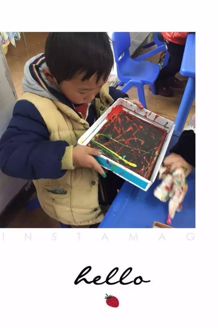 """乐享""""玩""""美—瓶盖粘贴画》这一活动.活动中孩子们创意无限,粘贴"""