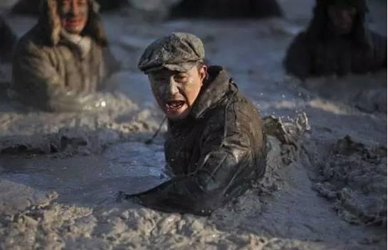 东北当地电影_在拍摄电影《铁人》时,为了再现当时的情景,在零下35度的东北大庆,他