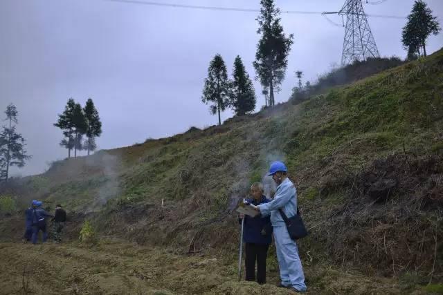 施秉供电局员工在施秉县牛大场镇紫荆村耐心劝导村民安全用火