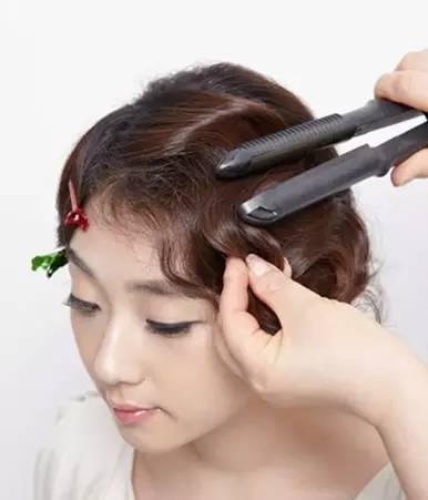 step2:可以使用卷发棒烫出两个卷度的两层不同的刘海,卷发棒还有加热图片