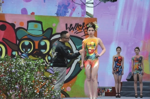 人体艺术sisi_4月7日,模特在南县国际涂鸦艺术节开幕式上表演涂鸦人体彩绘.