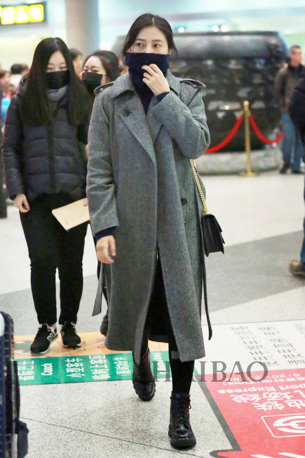 高圆圆2017年1月9日北京机场街拍:身着Immi 2016秋冬系列灰色束腰图片