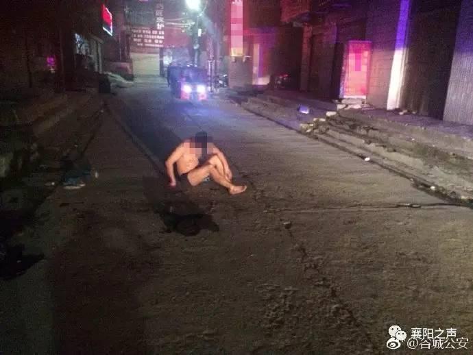 糗大了,男子醉酒脱衣服睡马路 襄阳爱喝酒的小伙伴看看
