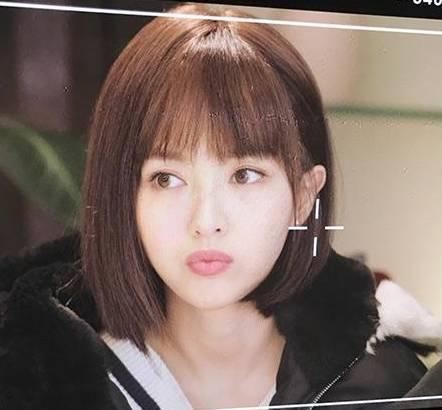 最近发现欧阳娜娜换刘海了, 她在微博上po出的照片, 一刀剪的齐刘海图片
