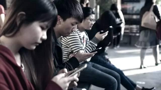 低头族公益广告:装在手机里的生活(图片来源:https://goo.gl/8DFJbI
