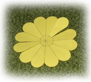 折纸花的手工制作教程,这里制作的是红色玫瑰,其他花朵