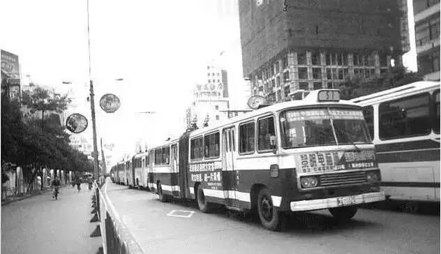 汽油车的时代开启   1969年,福州出现了通道式公共汽车——铰接车.高清图片