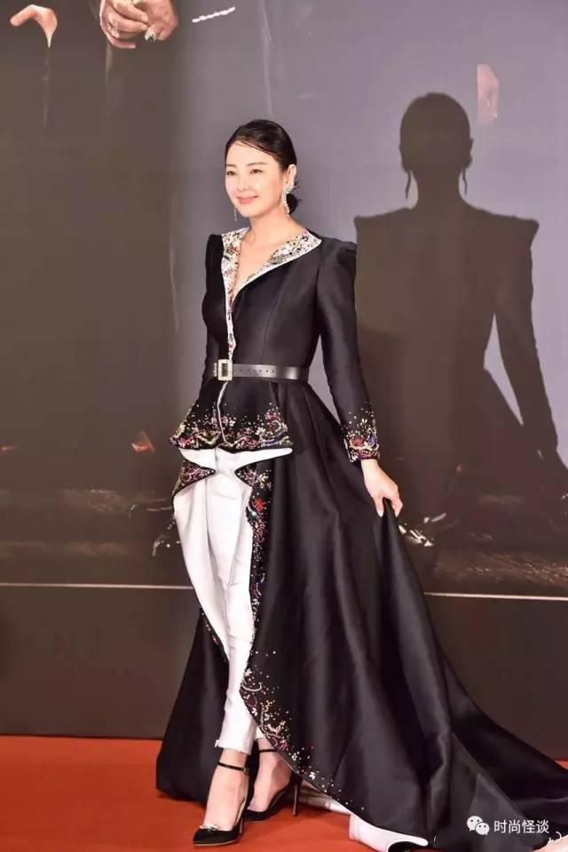 章子怡穿黑裙现身秀锁骨 粉丝围观从容应对 - 点击图片进入下一页
