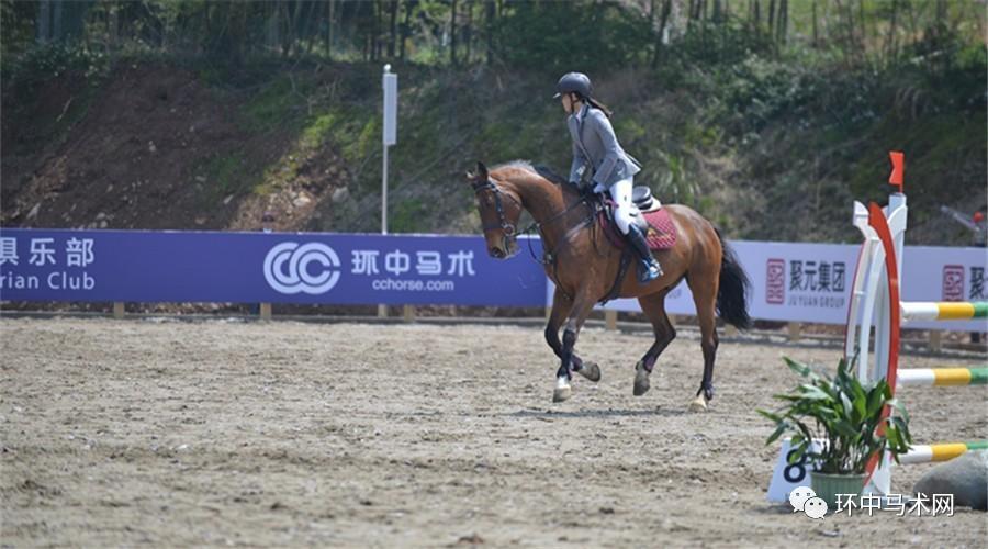 左腕舟状骨骨折的13岁女孩零罚分完成110cm比赛 完美诠释骑士精神