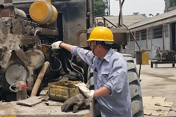 1,整机工作正常,油温高,输出动力不足且变速油液中有铝沫.