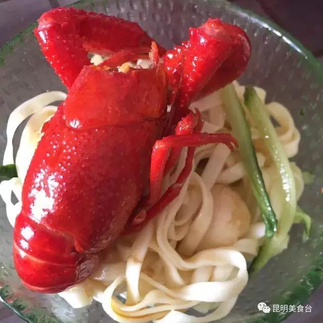 她北漂10年回到昆明卖小龙虾,汤汁拌面可以干3碗