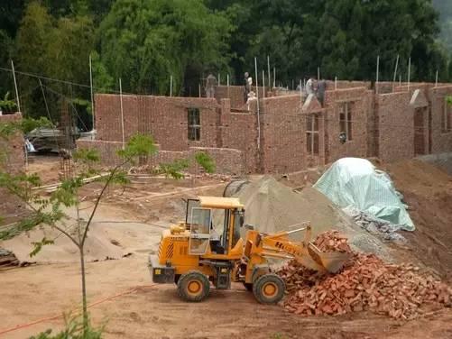 农村建房工人受伤,责任该由谁来担?