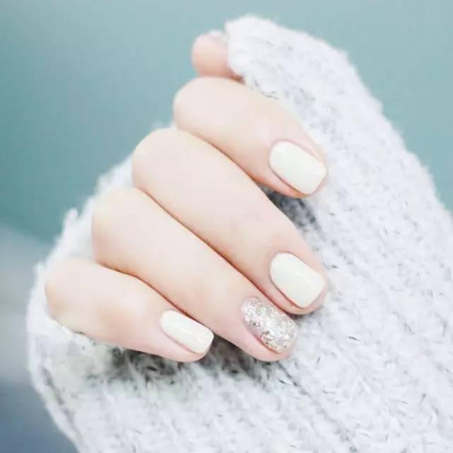 你知道做什么美甲最显手白吗? 看过来图片