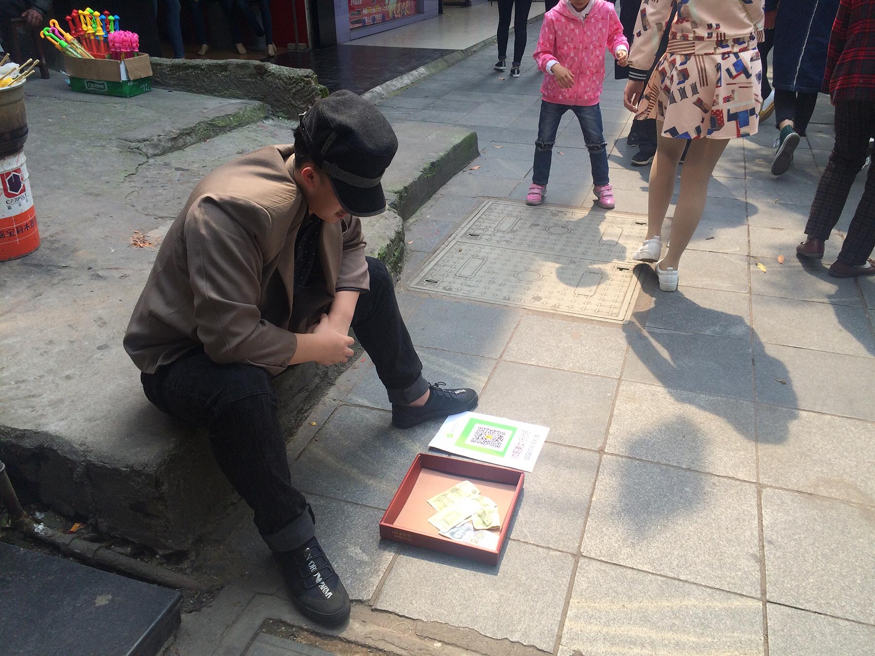 邵阳市第四中学出现一名年轻乞讨者要求微信支付图片