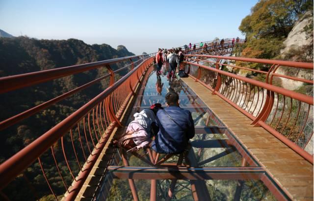 北京周边又现新款玻璃栈道 玩的就是心跳 你有胆约吗