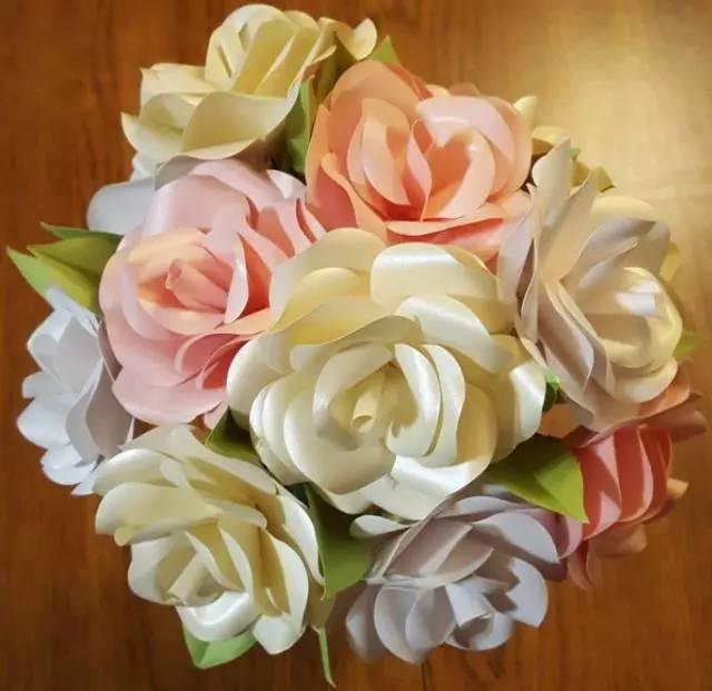 如何利用闪光纸做一个独特的玫瑰花束图片