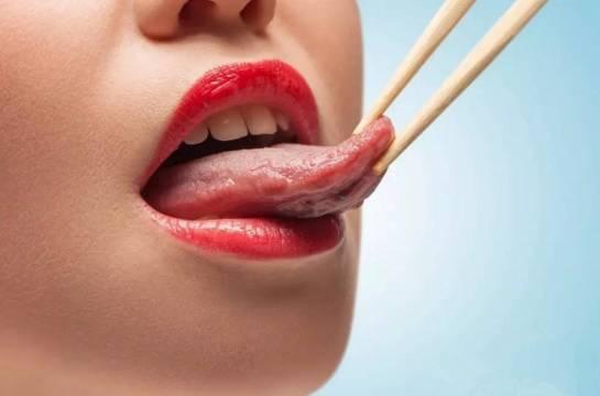 尴尬 女孩往舌头底下放了一勺糖,所有人都在嘲笑她,结果知道真相后