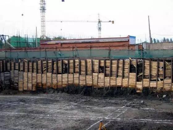 连续式水平挡土板支撑   间断式水平挡土板支撑   垂直挡土板式支撑   2、简易支护   放坡开挖的基坑,当部份地段放坡宽度不够时,可采用短柱横隔板支撑、临时挡土墙支撑等简易支护方法进行基础施工.图片