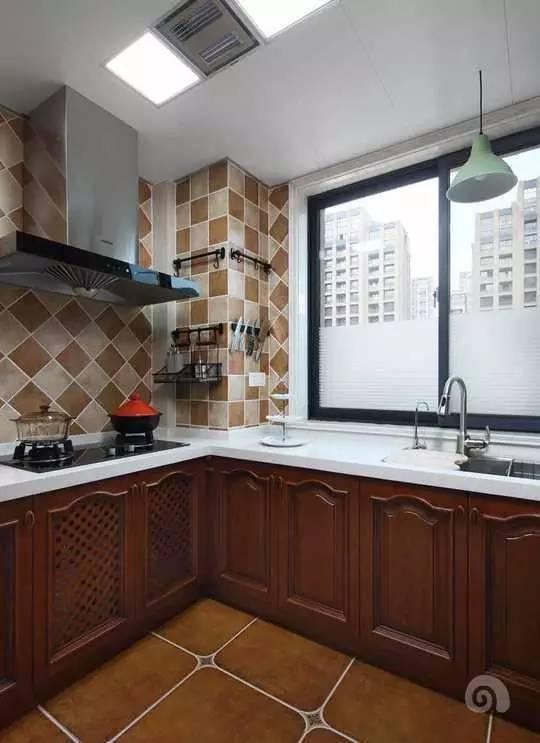 红木的橱柜配上白色的台面
